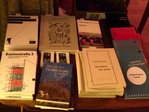 Büchertisch mit den Verlagen parasitenpresse, [SIC], Poetenladen, Horlemann und tauland beim Literaturklub Köln. © Foto: Sascha Klein